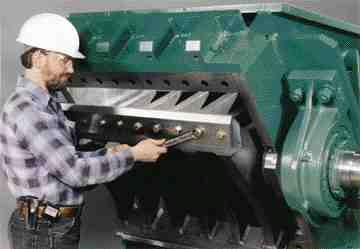 On large granulating systems, Granutec uses electrical/mechanical power actuators with push-button controls to open and close the hinged front feed hopper and screen cradle.
