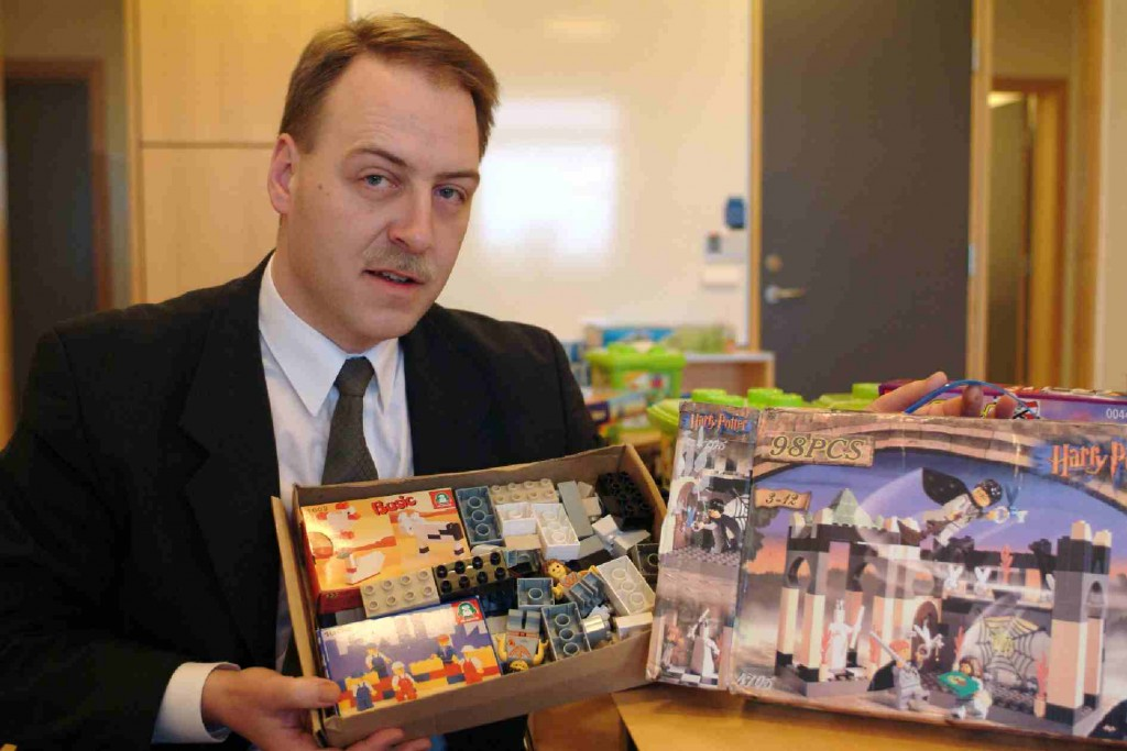 Lego's Jacobsen shows an imitation Harry Potter blocks set  which contains two Harry Potter figures and blocks to make farm animals.