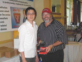 The SPE's Eric Yeung (left) poses with closest to the pin North Course winner Paul Tytaneck of Fine Edge Plastics in Mississauga, Ont.