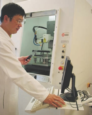 Mingliang Cher a PhD candidate at Queen's University uses the laser welding station.