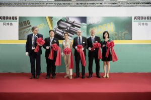 The inauguration ceremony for the Arburg subsidiary in Taiwan: Renate Keinath (3rd from left), Managing Partner, Michael Huang (2nd from left), Managing Director of the Arburg subsidiary in Taiwan, Gerhard Böhm (2nd from right), Managing Director Sales, Andrea Carta (3rd from right), Overseas Sales Director, Georg Anzer (left), Georg Anzer (left), Human Resource Management Director, and Hazel Liu (right), Senior Finance Manager in Taiwan.